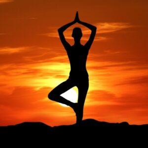 Reduce el estrés a través de las sesiones de la hipnosis y el yoga